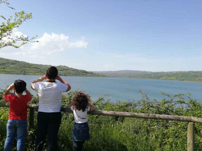 Diga oasi di Campolattaro, bambini che scrutano il panorama con il binocolo