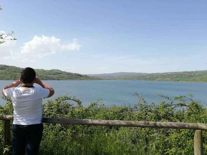 Diga oasi di Campolattaro, bambino che scruta il panorama