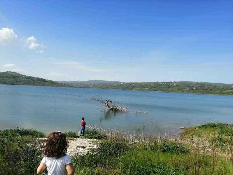Diga oasi di Campolattaro, bambini a bordo lago